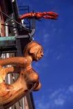 Высекаенные деревянные masthead и омар Стоковая Фотография
