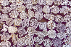 Высекаенные символы, листья, солнце, рыба на деревянной поверхности блоков для традиционной ткани печатания Популярный дизайн в И Стоковая Фотография RF