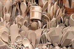 Высекаенные чашки, ложки, вилки и другие утвари древесины на рынке, Zakopane стоковая фотография rf