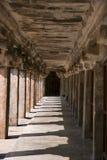 Высекаенные штендеры внутри виска Brihadishvara, места всемирного наследия ЮНЕСКО, Thanjavur, Tamil Nadu, Индии стоковые изображения rf
