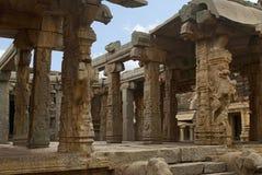 Высекаенные штендеры на входа maha-mandapa, виска Achyuta Raya, Hampi, Karnataka Священный центр Взгляд от севера-e стоковые фото