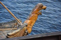 Высекаенный грифон на носе старого русского корабля - шлюпки стоковое изображение