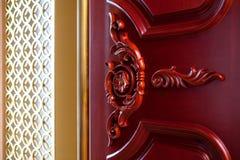 Высекаенный деревянный mahogany двери текстуры Стоковое Изображение RF