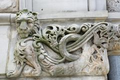 Высекаенный лев на здании Стоковое фото RF
