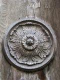 Высекаенный орнамент на деревянной двери Стоковые Фото