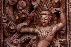 Высекаенный танцевать тайский на древесине стоковая фотография
