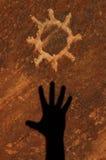 высеканное солнце песчаника петроглифа Стоковые Изображения RF
