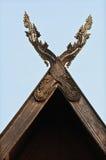 Высеканные деревянные щипцы и предпосылка неба. Стоковое фото RF
