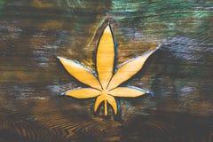 Высекать лист марихуаны деревянный Стоковые Изображения