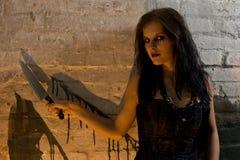 высекать нож goth девушки Стоковое фото RF