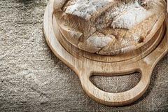 Высекать хлеб доски на предпосылке увольнения Стоковая Фотография