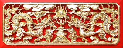высекать древесину китайского дракона золотистую длиннюю Стоковые Изображения RF