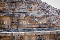 Высекающ детали пирамиды на руинах Teotihuacan - Мехико Quetzalcoatl, Мексика стоковые изображения rf