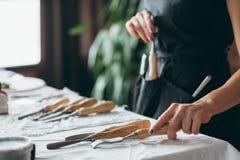 Высекающ инструменты производят установленное зубило рисбермы женщины стоковая фотография