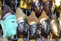 Высекая древесина Будды смотрит на Стоковые Изображения