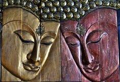 Высекая древесина Будды смотрит на Стоковая Фотография RF