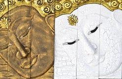 Высекая древесина Будды смотрит на Стоковые Фото