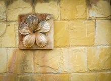 Высеките цветок глины на стене стоковая фотография rf