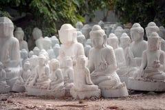 Высекла группу в составе мраморный Будда установила снаружи Стоковая Фотография