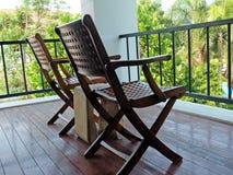 2 высекли деревянные стулья на крылечке Стоковое Фото