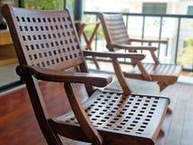 2 высекли деревянные стулья на крылечке Стоковые Фотографии RF
