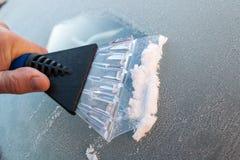 Выскабливая лед от лобового стекла Стоковые Фотографии RF