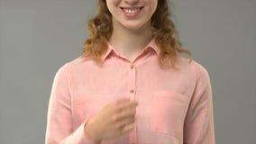 Высказывание i женщины извиняется в учителе языка жестов показывая слова в уроке asl акции видеоматериалы