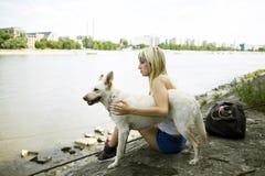 выследите ее детенышей женщины реки стоковая фотография