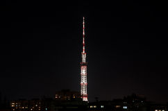 Высокая башня ТВ в ноче Стоковая Фотография RF