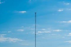 Высокая высшая точка башни радиосвязи радиовещательной сети Стоковое Изображение RF