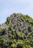 Высокая гора известняка с малой пещерой Стоковая Фотография RF