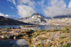 высокая гора озера стоковое фото