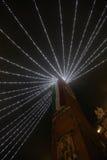 Высокая колокольня с огромным итальянским флагом с светами рождества стоковые фото