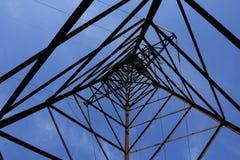 высокая линия передача напряжения вверх по взгляду Стоковые Фото