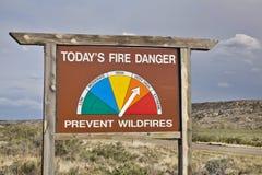 Высокая обочина опасности огня подписывает внутри Колорадо стоковая фотография