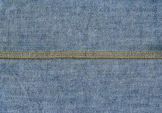Текстура ткани джинсовой ткани - свет - синь с швами Стоковое фото RF