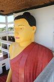 Высокая статуя в буддийском виске, Weherahena Будды, Matara Стоковое Изображение RF
