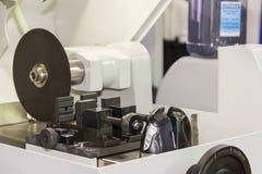 Высокая точность и точность автомата для резки диска волокна со струбциной работы для промышленного или лаборатории стоковые изображения