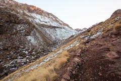 Высокие горы атласа Идя тропа Марокко, зима Будьте Стоковое Фото
