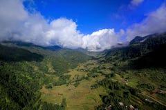 Высокие горы в Sapa покрыты с облаками стоковое фото