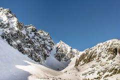 высокие горы идут снег вниз Стоковое Изображение RF