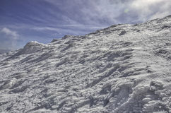 высокие горы идут снег под зимой Стоковые Фотографии RF