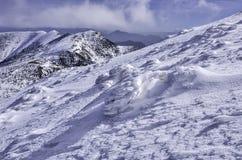 высокие горы идут снег под зимой Стоковые Фото