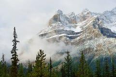 Высокие горы канадских скалистых гор окруженных облаками вдоль бульвара Icefields между Banff и яшмой Стоковые Изображения RF