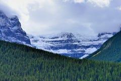 Высокие горы канадских скалистых гор окруженных облаками вдоль бульвара Icefields между Banff и яшмой Стоковые Фотографии RF