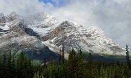 Высокие горы канадских скалистых гор окруженных облаками вдоль бульвара Icefields между Banff и яшмой Стоковое Фото