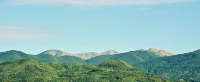 Высокие горы Appennino Tosco Emiliano увиденные от Пистойя Тосканы Италии стоковые фото
