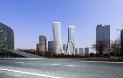 Высокие здания и скоростные дороги города Стоковые Фото