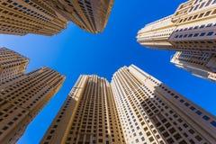 Высокие здания и улицы подъема в Дубай, ОАЭ Стоковая Фотография