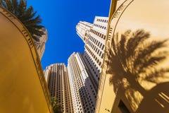 Высокие здания и улицы подъема в Дубай, ОАЭ Стоковое Фото